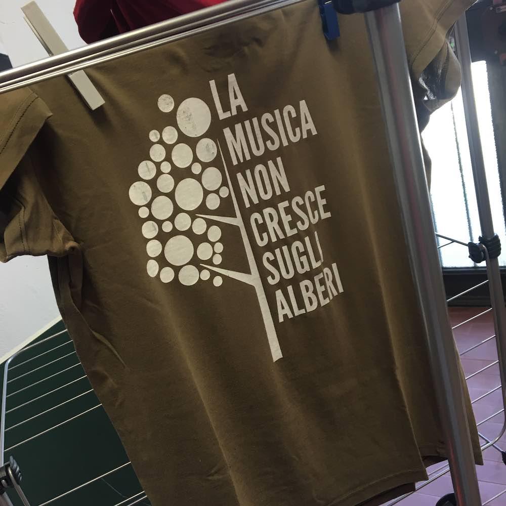 la musica non crescere sugli alberi t-shirt